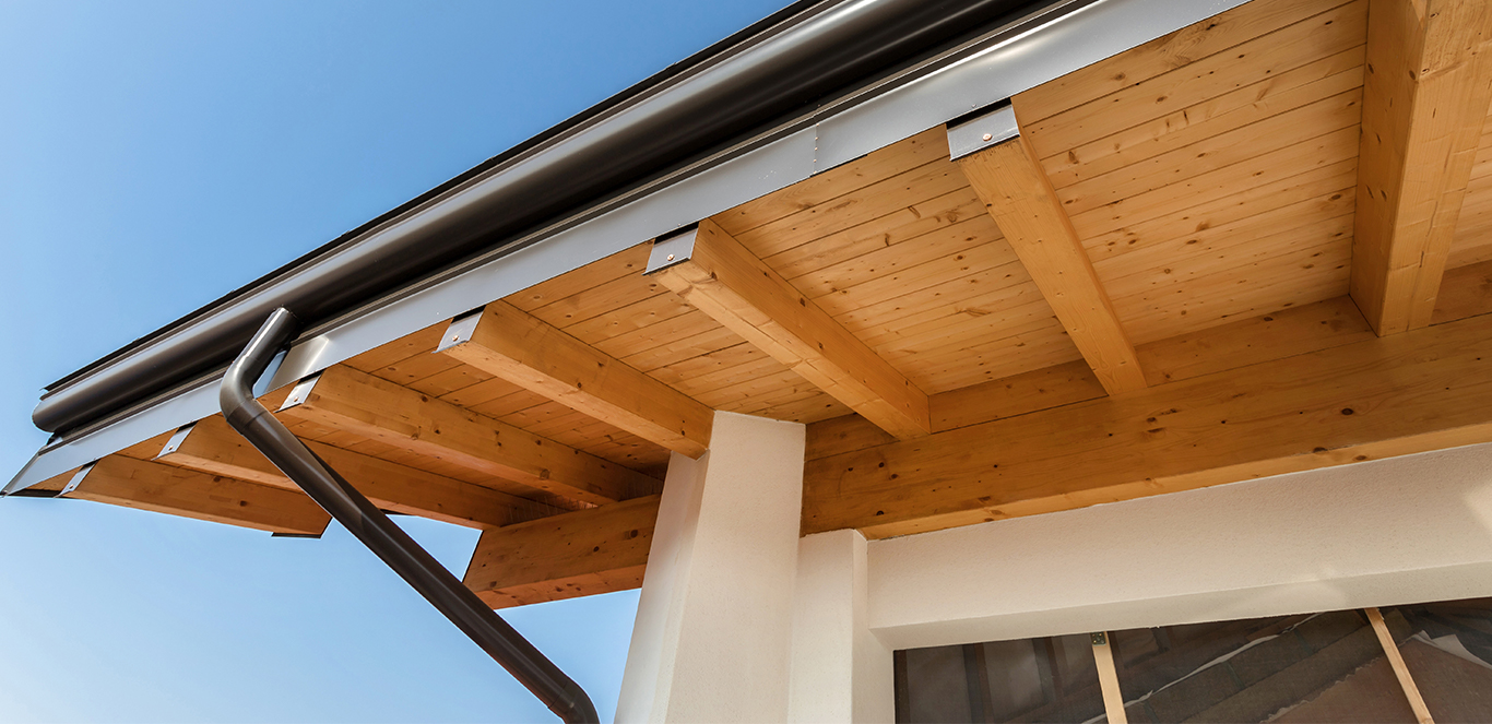 Jak zabezpieczyć drewnianą podbitkę dachową?